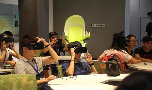 两岸学子佩戴VR眼镜