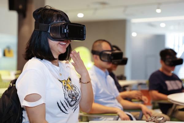 采访小组在中国福建VR体验中心体验